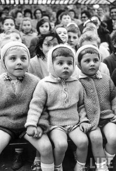 Children watching a marionette show (« Saint George et le Dragon ») in the Jardin des Tuileries.