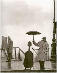 Robert Doisneau (April 1912 – April was a French photographer noted for his frank and often humorous depictions of Paris street life. *moral of the story: protect art . Robert Doisneau, Black And White Artwork, Black White Photos, Black And White Photography, Vintage Photography, Street Photography, Art Photography, Amazing Photography, Maurice Baquet