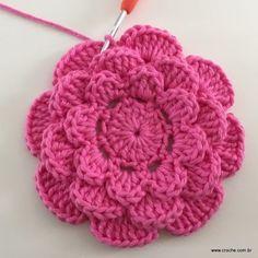 Rosa rasteira passo a passo - Crochet Diy, Beau Crochet, Crochet Puff Flower, Crochet Flower Tutorial, Knitted Flowers, Crochet Flower Patterns, Love Crochet, Crochet Motif, Beautiful Crochet