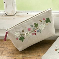 West of the Moon, East of the Sun: Primavera su stoffa Embroidery Purse, Ribbon Embroidery, Cross Stitch Embroidery, Embroidery Patterns, Techniques Couture, Fabric Bags, Handmade Bags, Sewing Projects, Pouches