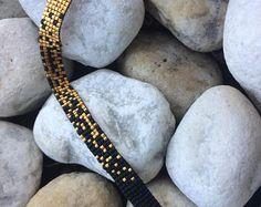 Armband geweven in kralen Miyuki, van de mode van de stijl chique. Het minimalis… Bracelet woven in beads Miyuki, from the fashion of the style. Loom Bracelet Patterns, Beaded Bracelets Tutorial, Bead Loom Bracelets, Bead Loom Patterns, Bracelet Crafts, Handmade Bracelets, Cute Jewelry, Diy Jewelry, Jewelery