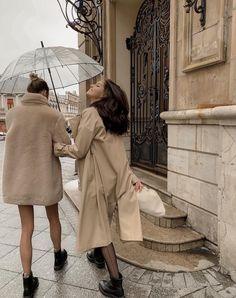 Cute Photos To Take With Friends Parisian Style Fashion, Parisian Chic, Classy Fashion, European Fashion, Mode Outfits, Fashion Outfits, Fashion Tips, Fashion Women, Daily Fashion
