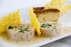 """Voici une nouvelle recette que le chef Philippe Etchebest a réalisée dans son émission """"Cauchemar en cuisine"""". Une fois encore c'est une réussite aussi bien sur le plan visuel que gustatif. Le poulet Franc Comtois est une recette classique de poulet gratiné avec une sauce béchamel au comté et vin"""
