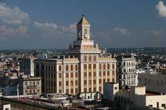 En 1929 la compañía de ron Bacardí construyó un rascacielos como sede de sus oficinas en el antiguo barrio habanero de Las Murallas.