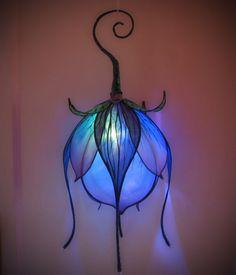 Violet bleu soie Lily lanterne avec changement de couleur LED par littlewingfaerieart sur Etsy https://www.etsy.com/ca-fr/listing/215868670/violet-bleu-soie-lily-lanterne-avec