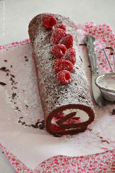 Brazo de gitano con chocolate, crema de queso y mousse de frambuesas - Jelly roll with chocolate, cream cheese mousse and raspberries - Gâteau roulé au chocolat, mousse de fromage blanc et framboises