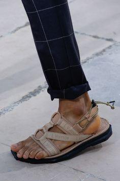 Louis Vuitton Spring 2017 Menswear Fashion Show Details Louis Vuitton Shoes, Louis Vuitton Handbags, Mens Fashion Shoes, Men's Fashion, Winter Fashion, Teen Boy Fashion, Nike Shoes Outlet, Handbags Michael Kors, Menswear