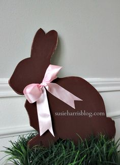 Susie Harris: DIY Easter Bunny.  Free printable silhouette of rabbit and chick.  This looks great on a wreath.
