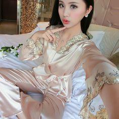 Pas cher 2017 Nouveau Satin de Soie Pyjamas À Manches Longues Femme  Printemps Automne Mignon Broderie fae7f640b08