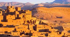 Ait Benhaddou,fortified city, kasbah or ksar, along the former caravan route between Sahara and Marrakesh in present day Morocco. It is situated in Souss Massa Draa on a hill along the Ounila River. Best Countries To Visit, Cool Countries, Places To Visit, Morocco Tourism, Morocco Travel, 2 Days Trip, Road Trip, Desert Tour, Desert Days