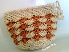 Tecendo Artes em Crochet: Porta-Moedas Bicolor with free charts Crochet Coin Purse, Crochet Purse Patterns, Crochet Purses, Knit Or Crochet, Cute Crochet, Crochet Stitches, Crochet Handles, Yarn Thread, Macrame Bag