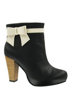 Love girlie bows and love these booties!   Angie Booties