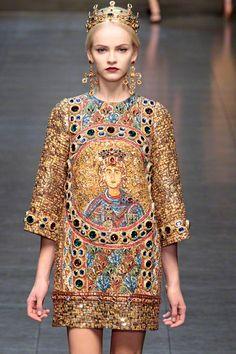 Deze jurk ontworpen door Dolce & Gabbana heeft mij geïnspireerd door de mooie stoffen en materialen die zijn gebruikt.Het ontwerp komt uit de Fall/Winter 2013/14. Het model is kort en bevat printen uit de oude tijd. De kleuren die zijn gebruikt passen mooi bij elkaar en het model is elegant. de inspiriate die ik haal uit dit ontwerp zit hem zeker in het materiaal.