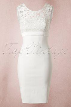 Was für ein Beauty ! Dies ist nicht irgendein Kleid. Dieses50s White Lace Bow Pencil DressvonUnique Vintage ist pure Eleganz und Style! Sie können dieses elfenbeinfarbige Kleid zu jeder Gelegenheit tragen und es wird sogar wundervoll passend sein für den schönsten Tag Ihres Lebens an dem Sie Ja zu Ihrem Liebsten sagen werden. Der stretchy und strapazierfähige Stoff umschmeichelt Ihre Kurven liebevoll und wund...