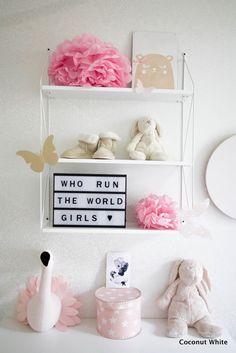 Tytön huone uudistui - valkoinen seinähylly ja tekstitaulu | Coconut White