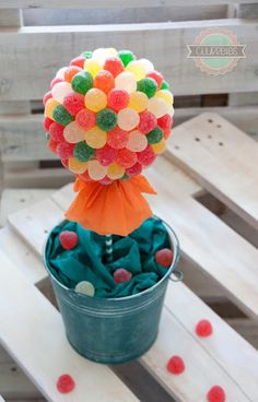 ARBOLITO DE CHUCHES - Churretes de Cocholate Chocolate Flowers, Mug Recipes, Fruit Arrangements, Candy Bouquet, Fiesta Party, Big Party, Candy Gifts, Candy Store, Candyland