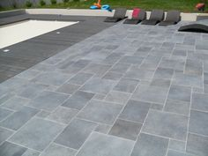 Terrace covering: 52 ideas of inspiration for the grounds by BGTatou Concrete Tiles, Patterned Bathroom Tiles, Walled Courtyard, Stone Porches, Garden Tiles, Flooring, Patio Flooring, Patio Tiles, Resort Design