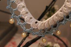 Collar crochet. Joyería-bisuteria crochet. Gargantilla declaración babero. Color blanco y jade con perlas de PmpPetriMontes en Etsy