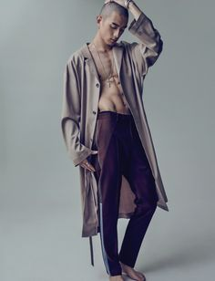 Jin Park Goes High Fashion for Esquire Korea Shoot Sung Jin Park dons a light coat with side band trousers.Sung Jin Park dons a light coat with side band trousers. High Fashion Men, Asian Fashion, Trendy Fashion, Mens Fashion, High Fashion Shoots, Fashion Clothes, Park Sung Jin, Male Models Poses, Wilhelmina Models
