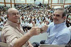 El ex presidente Hipólito Mejía y Luis Abinader, candidato presidencial del Partido Revolucionario Moderno (PRM),y fuerzas aliadas, durante una manifestación de apoyo hacen la señal de triunfo.