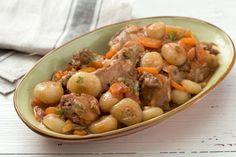 Lo stufato di coniglio in agrodolce è un secondo piatto di carne succulento dalle aromatiche note esotiche.