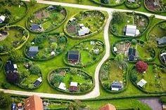 Runde Haver (Round Gardens) in Nærum, Denmark. The Round Gardens in Nærum were originally planned by the renowned garden architect C. Sørensen in Photo: Henrik Schurmann Tiny House Village, Allotment Gardening, Allotment Design, Garden Architecture, Aarhus, Urban Planning, Hedges, Garden Planning, Garden Inspiration