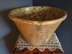 Quandro barese. Antico contenitore per alimenti in terracotta (Grottaglie, Provincia di Taranto)