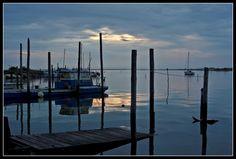 Istedet for at bruge en masse penge på at bygge en havn i Liseleje, kunne man starte med at lægge et par pontonner ud og se om det overhovedet tiltrækker folk. Hvis det så bekræftes, kan man udbygge. Dette er Le Bassin d'Arcachon i atlanterhavet