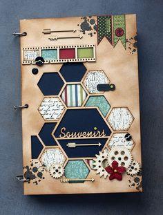 Bonjour, aujourd'hui c'est une nouveauté EmbelliScrap que je viens vous montrer, une couverture en carton bois avec des hexagone que l'on peut laisser ou enlever, j'ai teinté la couverture à la distress vintage , laisser certains hexagones en carton bois...