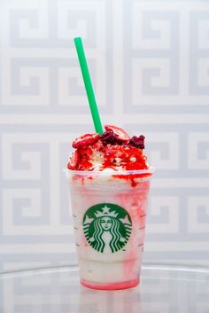 Love Bean Frappuccino: This is a Vanilla Bean Frappuccino with raspberry-infused whipped cream and chocolate curls. Low Carb Chocolate, Chocolate Bark, Chocolate Strawberries, Chocolate Peanut Butter, Chocolate Curls, Valentinstag Party, Low Carb Cheesecake, Raspberry Cheesecake, Raspberry Syrup