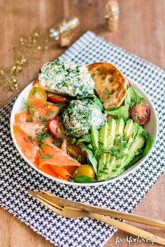 Complete Christmas Plate with Smoked Salmon, Spinach, Goat Cheese and Avocado - Food for Love - Healthy Recipes For Diabetics, Healthy Meals For One, Healthy Recipes On A Budget, Healthy Gluten Free Recipes, Healthy Salad Recipes, Healthy Breakfast Recipes, Budget Meals, Healthy Cooking, Healthy Eating