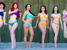 """Den Look unserer Lieblings-Disney-Figuren können wir in diesem Sommer auch am Strand tragen: Das Label """"Enchanted Bikini"""" hat eine sechsteilige Bikini-Kollektion im Stil der bekanntesten Disney-Ikonen entworfen. Mit dabei: Arielle, Pocahontas oder Schneewittchen."""