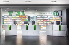 Pharmacie Daron à Limoges, France. Comptoir Pixel mis en scène. Espace caisse.
