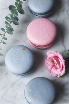 Pastel macaroons or macarons and flowers on marble by The baking man on Creative. - M a c a r o n s - Macarons Macaron Wallpaper, Food Wallpaper, Pastel Macaroons, French Macaroons, Macaroon Recipes, French Pastries, No Bake Cake, Food Photography, Sweet Treats