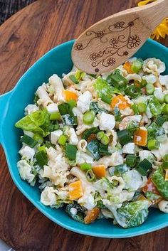 This light pasta salad with feta cheese, bell pepper and spring .- This light pasta salad with feta cheese, peppers and spring onions is perfect for grilling. It is the ideal side dish for steaks and sausages. Steak Recipes, Grilling Recipes, Raw Food Recipes, Pasta Recipes, Healthy Recipes, Healthy Cooking, Cooking Whole Chicken, Cooking On The Grill, Light Pasta Salads