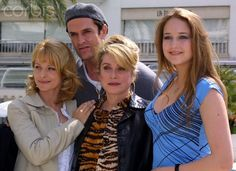 FRENCH ACTRESS DENEUVE POSES WITH GERMAN ACTRESS KINSKI BRITISH ACTOR EVERETT AND POLISH ACTRESS SOBIESKI French actress Catherine Deneuve (C) poses with German actress Nastassja Kinski (L), British actor Rupert Everette (second L) and Polish actress Leelee Sobieski (R) during a photocall in Cannes, April 16, 2002.