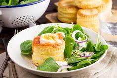 Recept voor pasteibakje voor 4 personen. Met zout, olijfolie, peper, gerookte zalm, pasteitje, spinazie, geitenkaas, limoen en ei