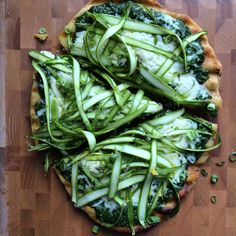 Grilled Pizza with Pesto and Shaved Asparagus! Celebrate one of spring's most delicious vegetables, asparagus, in a new way with this pizza! All you need is a vegetable peeler! All You Need Is, Pizza Recipes, Healthy Recipes, Veggie Recipes, Healthy Meals, Healthy Weekly Meal Plan, Creative Pizza, Pesto Pizza, Asparagus Pizza
