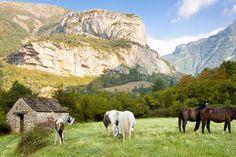 Ordesa, Espanha: com aproximadamente 156 quilômetros quadrados, trata-se do parque nacional mais antigo deste país ibérico e oferece paisagens cênicas dos Pirinêus. Possui extensas florestas de pinheiros, salgueiros e carvalhos ao longo de suas montanhas, que podem atingir mais de dois mil metros de altura.