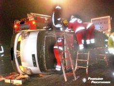 Eingeklemmter Transporterfahrer muss über Hecktür gerettet werden http://www.feuerwehrleben.de/eingeklemmter-transporterfahrer-muss-ueber-hecktuer-gerettet-werden/ #feuerwehr #firefighter