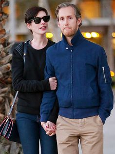 Anne Hathaway looked simplistically chic in dark jeans, a black top and classic wayfarer sunnies! Gotta love her sleek style!