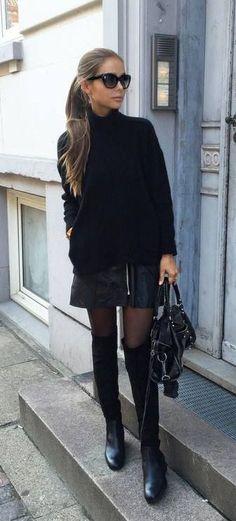 Outfit: medias negras, botas negras altas (marypaz) falda cuero (Zara), jersey negro (mango).