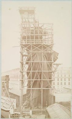 Construction of the statue in Paris, (via Lady Liberty: Statue Of Liberty's Anniversary Old Pictures, Old Photos, Statute Of Liberty, Liberty Statue, Famous Structures, Famous Buildings, Ellis Island, Foto Art, New York Public Library