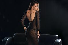P215 Just Lace  JUST LACE – APHRODITES KLEIDER Es ist ein Auftritt für Aphrodite, die Göttin der Liebe und der Schönheit: Ihr hat Coco Cavalière faszinierende Gewänder auf den Leib geschneidert – aus nichts als elastischer schwarzer Alloverspitze: JUST LACE. Spitze, geheimnisvoll und begehrt, zählt zum Feinsten und Wertvollsten, was Menschenhand gestaltet. Und ist der aufregendste Stoff, der die Haut einer Frau zieren kann: Spitze verhüllt alles – und verbirgt nichts.