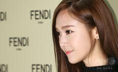 韓国・ソウル(Seoul)のロッテ百貨店(Lotte Department Store)のブランド館「エビニュエル(Lotte Avenuel)」で、ファッションブランド「フェンディ(Fendi)」のオープン記念イベントに臨む、デザイナーのジェシカ(Jessica、2014年11月25日撮影)。(c)STARNEWS ▼28Nov2014AFP|元少女時代ジェシカ、デザイナーとしてフェンディのイベントに出席 http://www.afpbb.com/articles/-/3032930 #제시카_정 #Jessica_Jung #潔西卡 เจสสิกา ช็อง #정수연 #Jung_Soo_yeon #鄭秀妍 #郑秀妍 ช็อง ซู-ย็อน