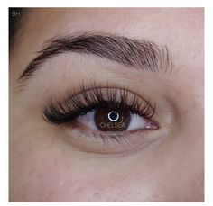 When done professionally eye lash extensions give you long lushes, beautiful lashes that look natural. Best Lashes, Fake Lashes, False Eyelashes, Best Lash Extensions, Eyelash Extensions Styles, Eyelash Extensions Natural, Eyelash Sets, Make Up Inspiration, Applying Eye Makeup
