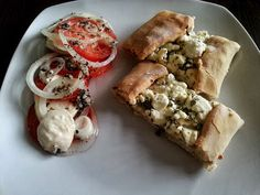 Tyrkisk Pide m. tomat salat - http://www.mytaste.dk/o/tyrkisk-pide-m--tomat-salat-23369467.html