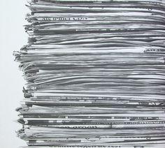 News Paper. Montones de periódicos apilados en columnas ligeramente inestables en blanco y negro sobre superficie lisa. Ideal para dar un toque bohemio a cualquier espacio. #papelpintado #decoracion