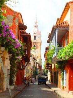 Cartagena de Indias, Colombia - La hermosa calle arriba se encuentra en la parte antigua de la ciudad.