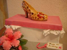 Süße Versuchung: Leo-Schuh mit Schuhkarton und Hibiskusblüte als Torte zum 80. Geburtstag
